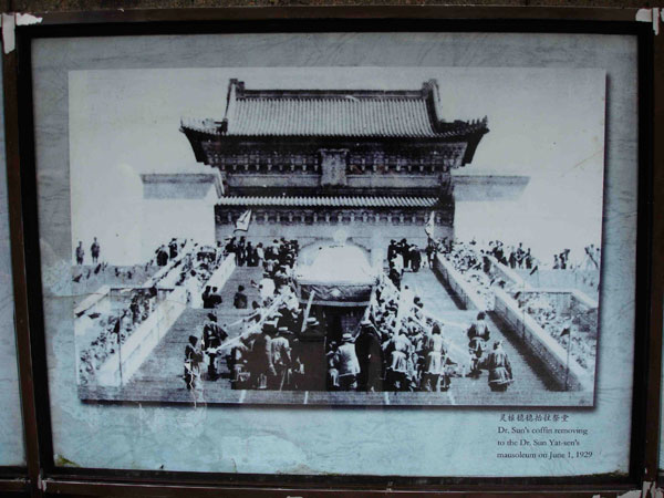Fig. 4 The arrival of Sun Yat-sen's catafalque at the Zhongshan Ling presidential tomb outside Nanjing in June 1929
